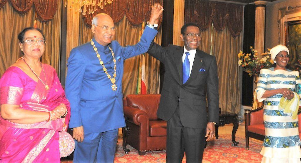 El Presidente de Guinea Ecuatorial condecora al Presidente de La India
