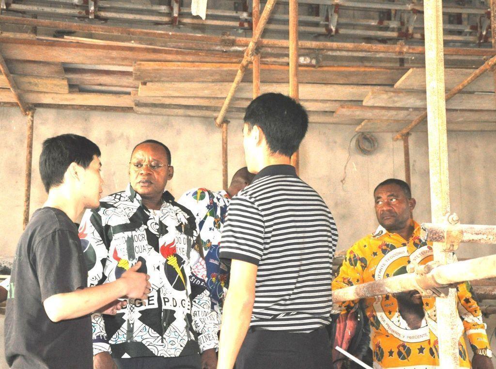 El Secretario General visita la nueva sede del partido en Bata