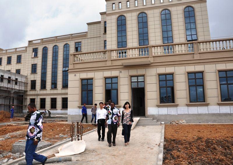 Nueva visita de Jerónimo Osa a las obras de la sede del PDGE en Bata