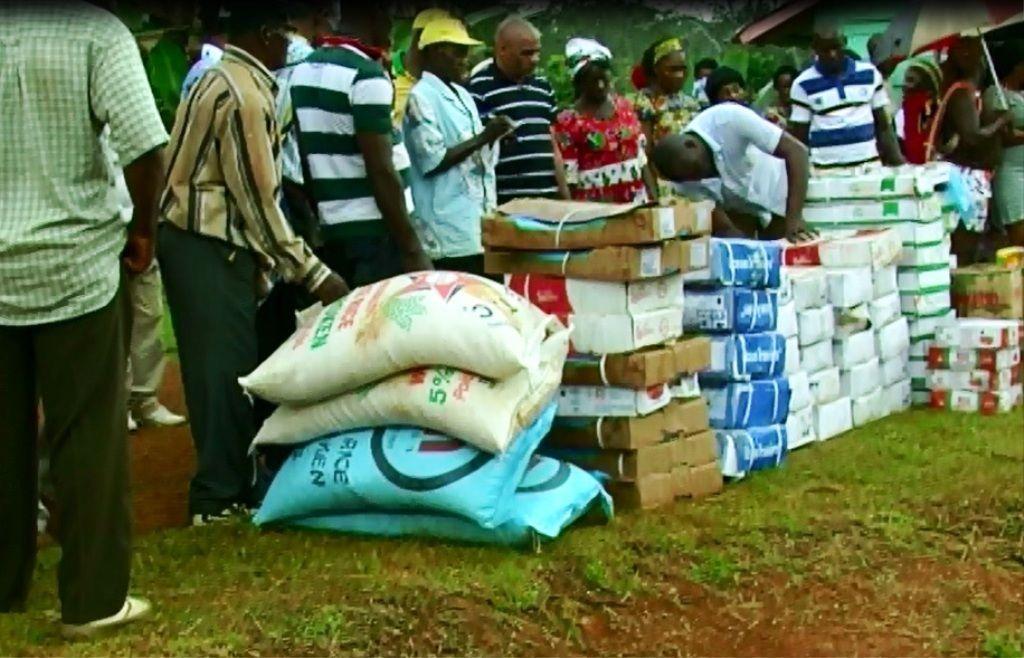 Reparto de víveres enviados por S. E. Obiang Nguema Mbasogo a todos los militantes