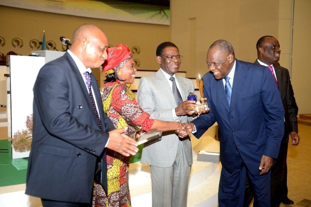 Issa Hayatou, nuevo presidente de la FIFA, entrega a S. E. Obiang Nguema Mbasogo el Trofeo de la Paz Edición 2015