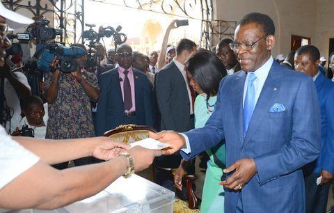 El candidato Obiang Nguema Mbasogo vota