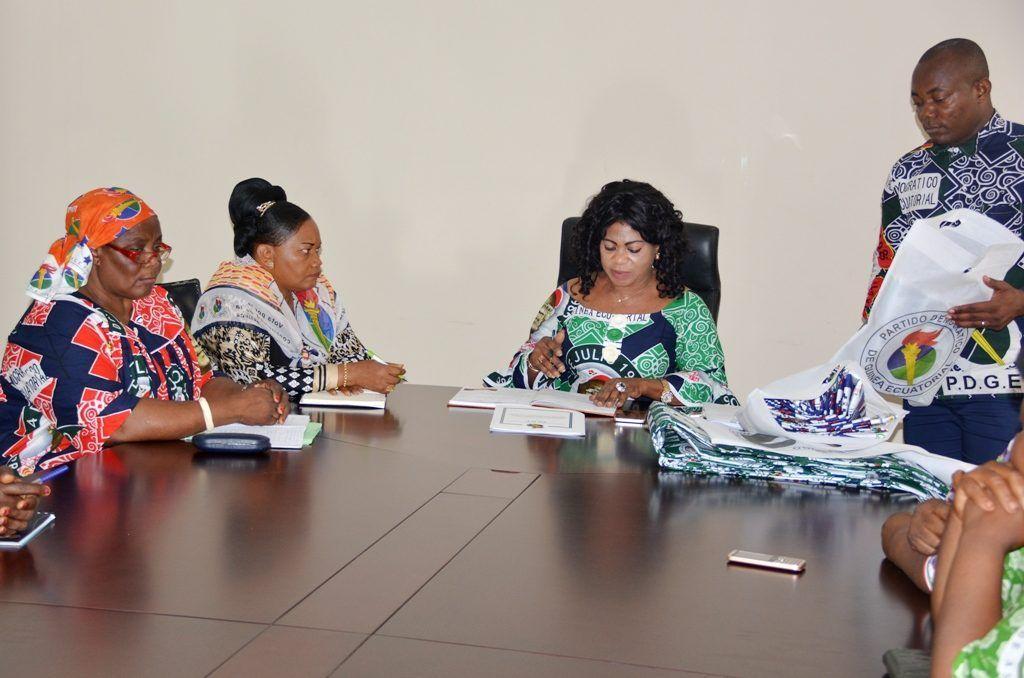 La Secretaria General Adjunta reparte indumentaria a las mujeres de asociaciones de Malabo