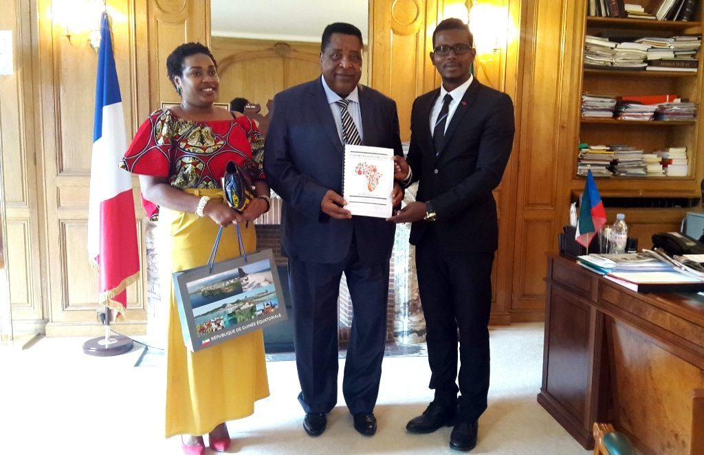 Miguel Oyono Ndong Mifumurecibe a una delegación de la asociación de la Unión de la Juventud Africana en Francia