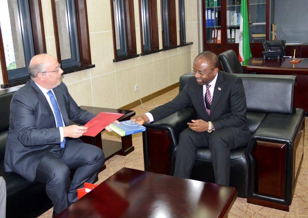 El Ministro de Asuntos Exteriores recibe al Embajador de España