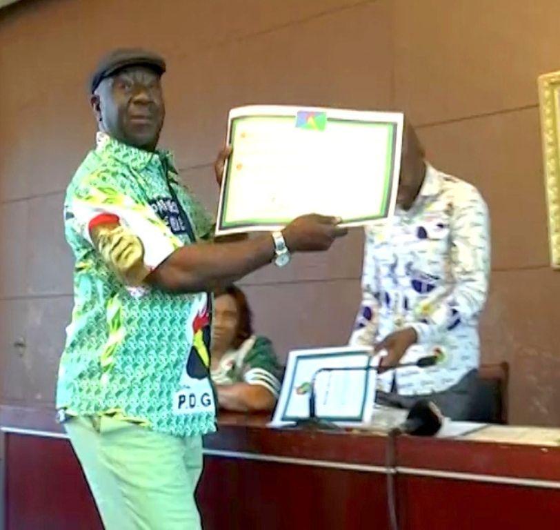 Los miembros del Consejo Nacional del PDGE reciben sus títulos acreditativos como tales
