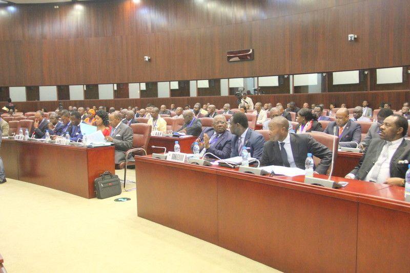 Finaliza el debate sobre 'Modernización de la Vida Pública' en la Mesa del Diálogo