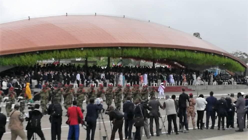 La lluvia no ha impedido que miles de personas participen en el gran desfile militar y popular