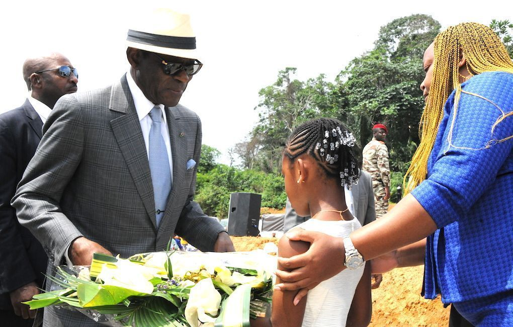 El Jefe de Estado inaugura una fábrica de cemento cola en Bata