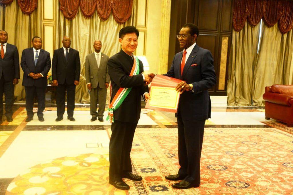 El Presidente otorga al Embajador de China la Gran Cruz de la Orden de la Independencia