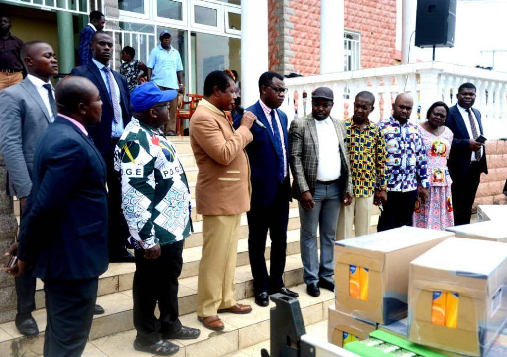 Entrega de víveres de la pareja presidencial a la población de Rebola
