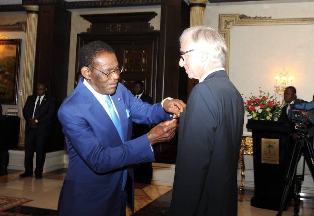 El Presidente de la República condecora al veterano piloto de la flota presidencial