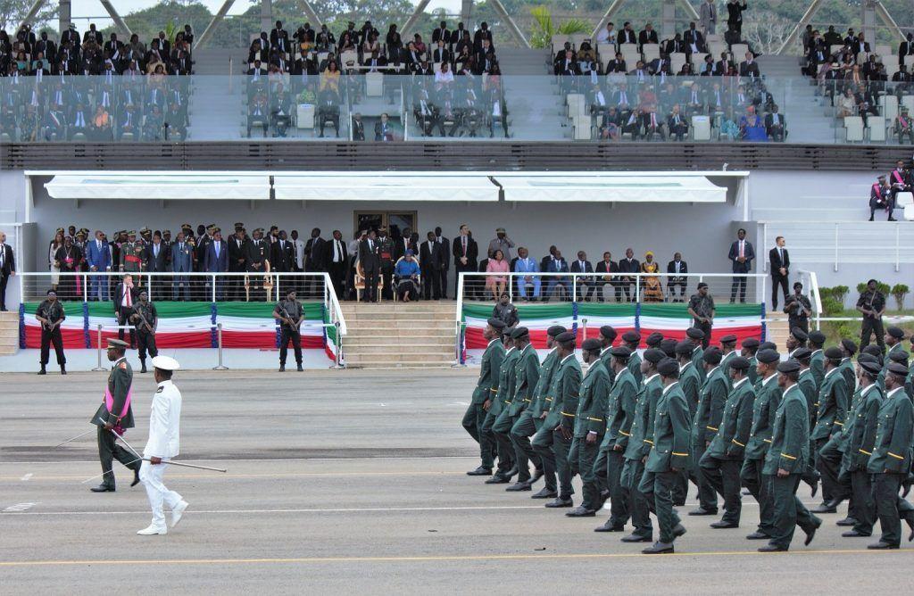 Miles de militares participan en el gran Desfile Conmemorativo del 40º aniversario del Golpe de Libertad