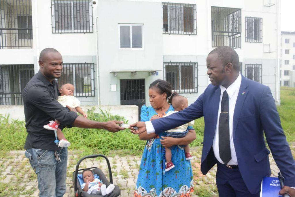Donación de la Primera Dama a una familia con trillizos