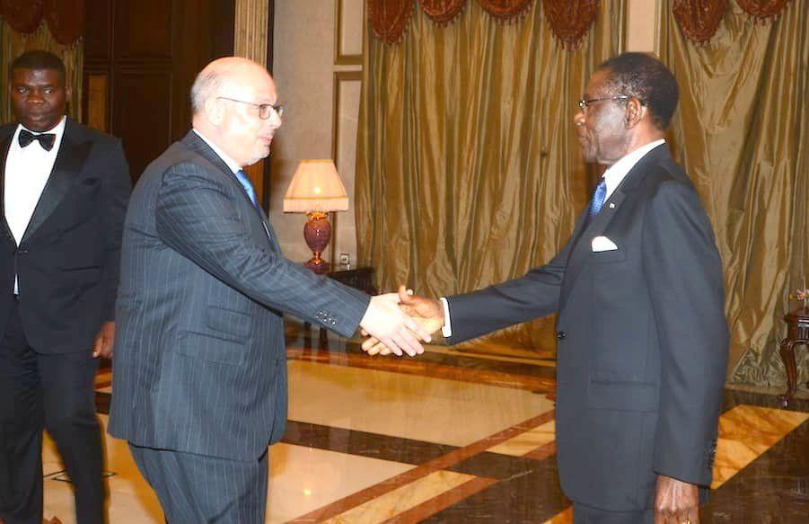 El Presidente recibe al Embajador de España