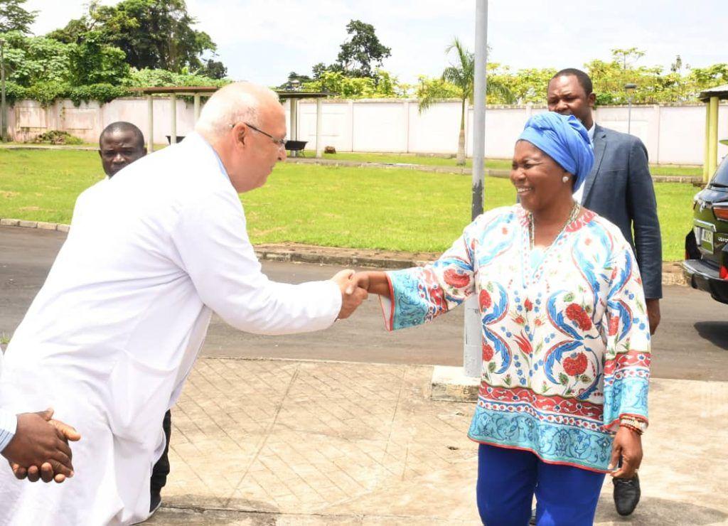 Donación de Constancia Mangue a empleados del Centro Psiquiátrico Sampaka