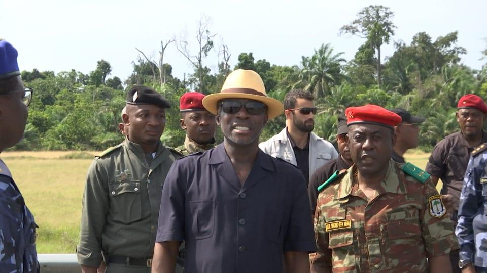 S.E. Teodoro Nguema Obiang Mangue asiste a los ejercicios de tiro de las Fuerzas Aéreas en Bata