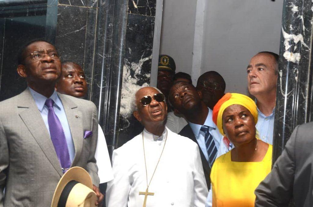 La pareja presidencial visita las instalaciones de la Catedral de Malabo tras sufrir un incendio