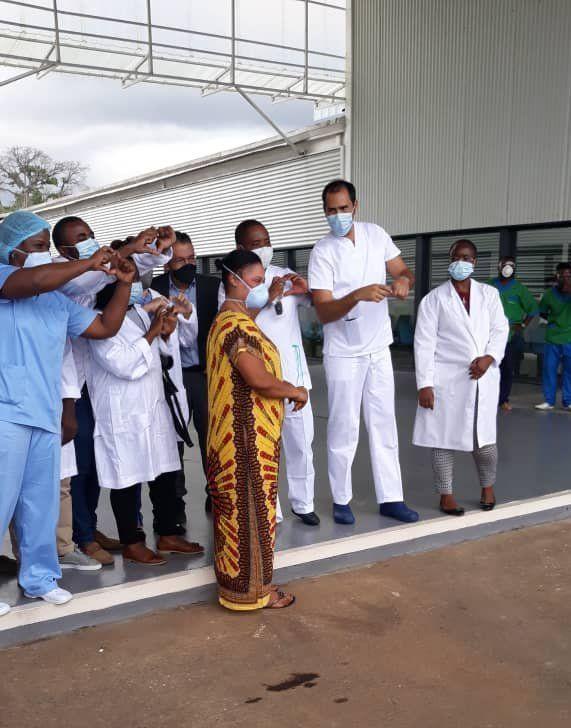 La primera alta por coronavirus en nuestro país sale del hospital