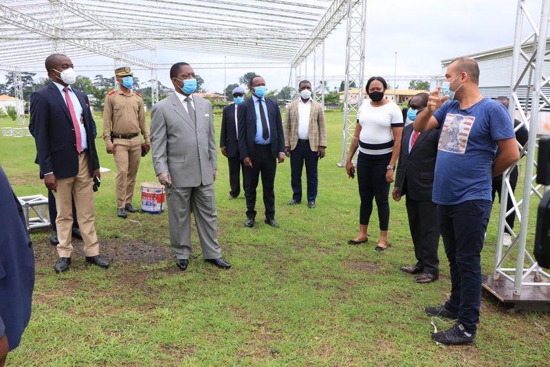Obama Asue visita el Polideportivo y el Hospital de Sampaka