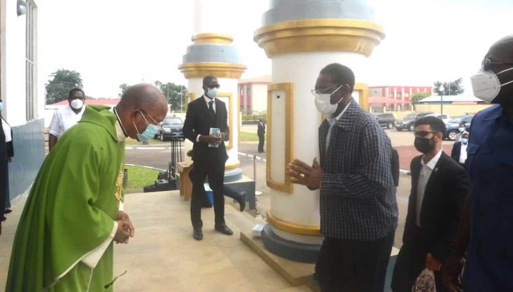 La Pareja Presidencial acude a la misa en Akoakam