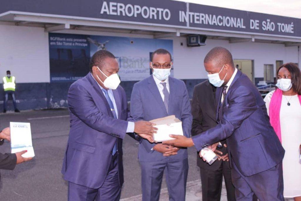El Vicepresidente de la República dona cien mil mascarillas y guantes a Santo Tomé y Príncipe
