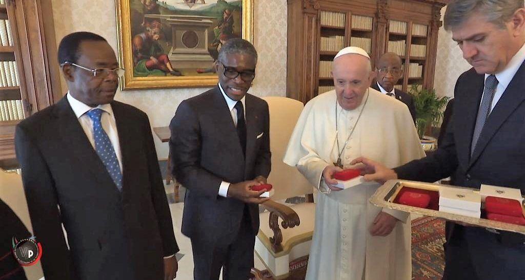 El vicepresidente vistia al papa (2)