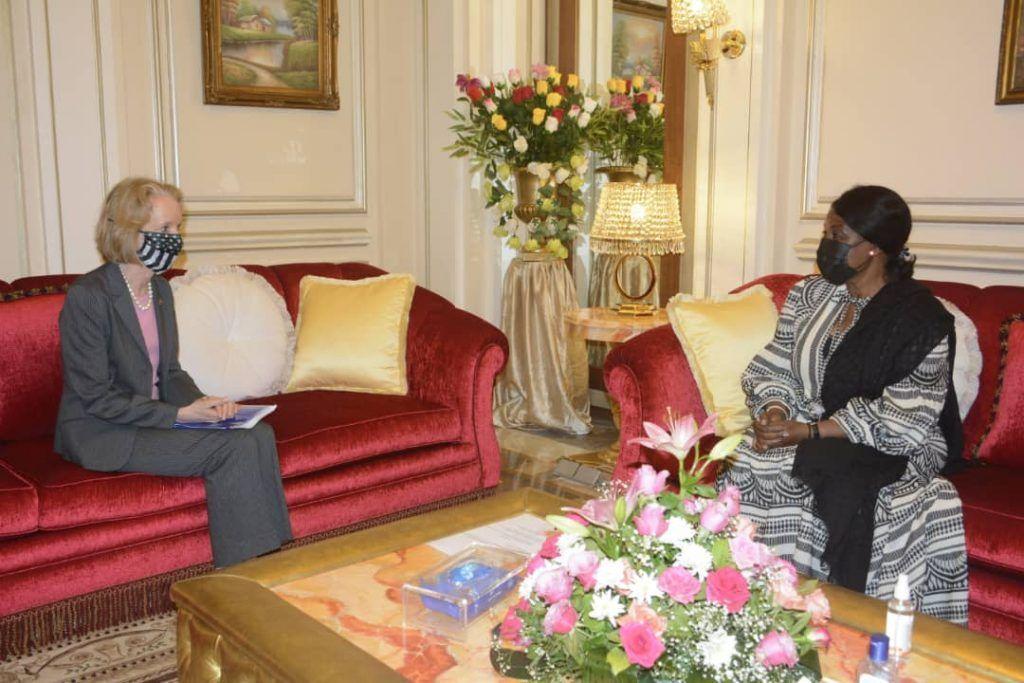 La Primera Dama concede audiencias a dos embajadoras