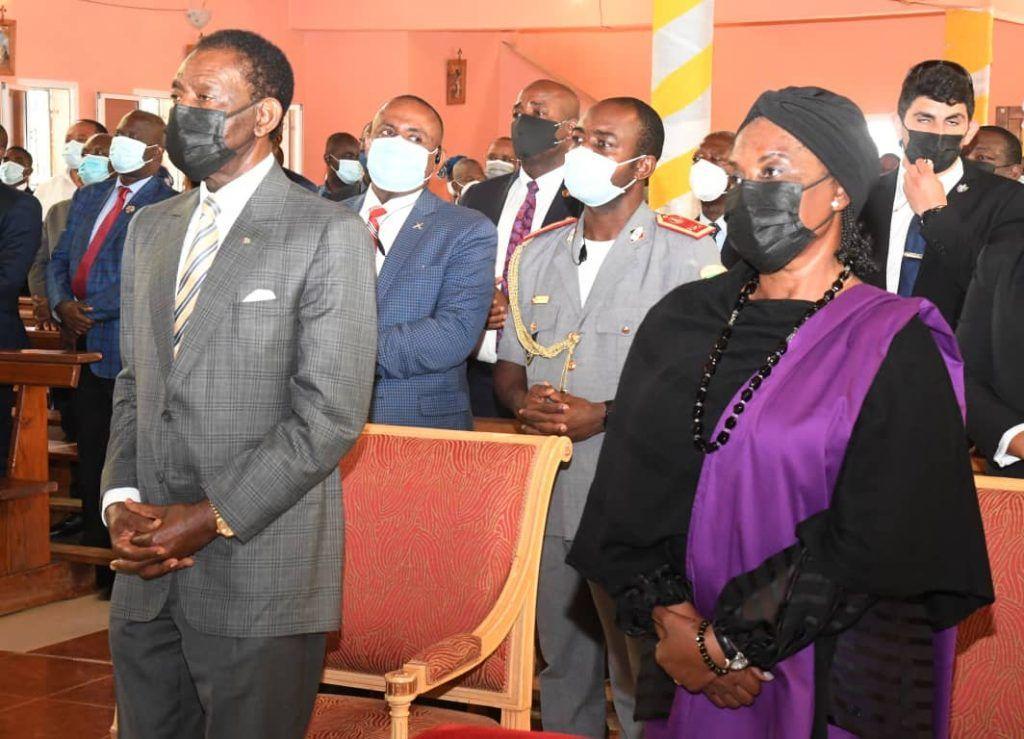 La pareja presidencial asiste a una misa de Acción de Gracias en la parroquia de Akurenam